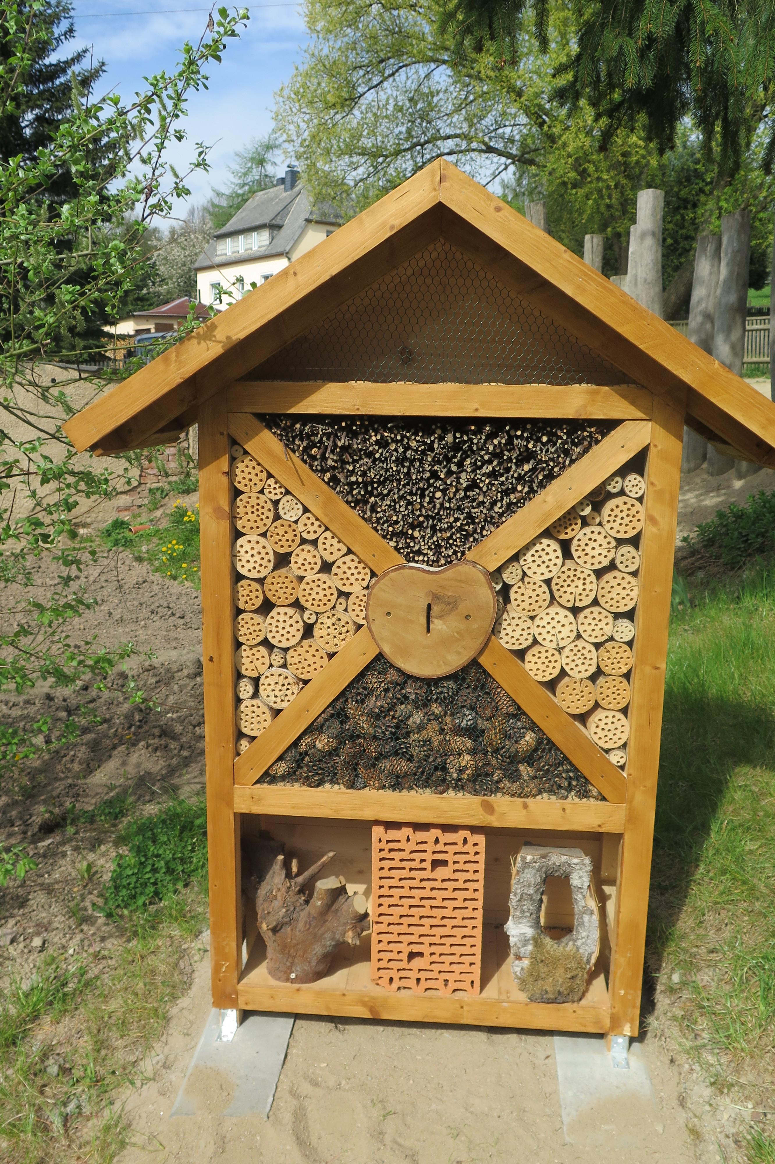 einweihung insektenhotel grundschule niederlichtenau. Black Bedroom Furniture Sets. Home Design Ideas